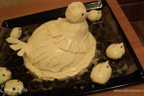 Смазать курник и пирожки-цыплята яйцом и выпекать при температуре 180 градусов 1 час. Как только головка и хвостик курочки начнут слишком румяниться, накрыть их фольгой.