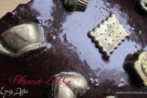 И украсить по желанию. Я добавляла шоколадные конфетки (собственного приготовления) покрытые кандурином.