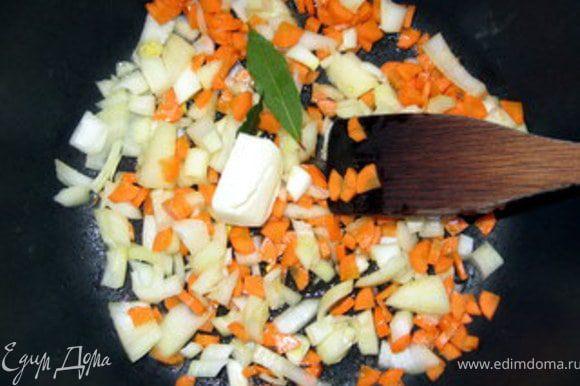 Крупно порезать лук, сельдерей и морковь. В большой кастрюле, в которой вы будете варить суп, обжарить на оливковом масле с добавлением 20 гр сливочного овощи с лавровым листом.
