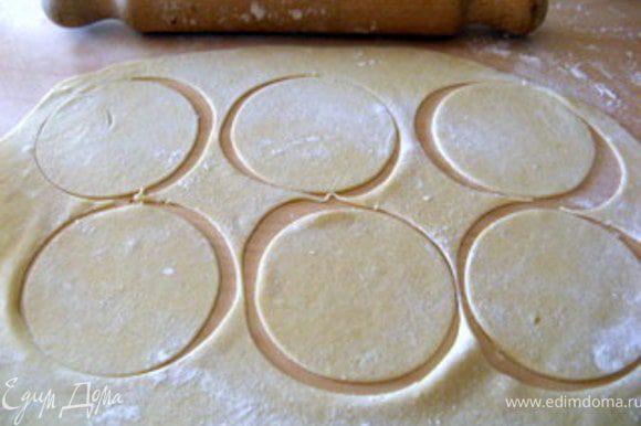 Через 3 часа тесто раскатать в пласт 0,5 см толщиной и вырезать из него 12 дисков диаметром 10 см.