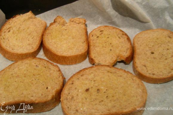 Делаем тосты в тостере или духовке. Можно еще и помидоры немного запечь под грилем.