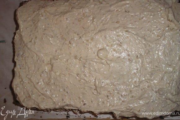 На одну половину макового коржа выкладываем половину крема.