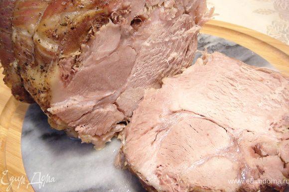 Итак, Вы вытерпели 1 час и двадцать минут и можете себя вознаградить необычайно вкусным и ароматным мяском. Пока мясо находится в духовке можно успеть настрогать овощной салатик и им заглушить непрекращающееся слюноотделение. Приятного аппетита!!!
