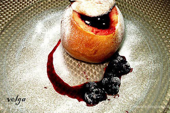 После запекания айву посыпать сахарной пудрой и подавать со смородиновым соусом