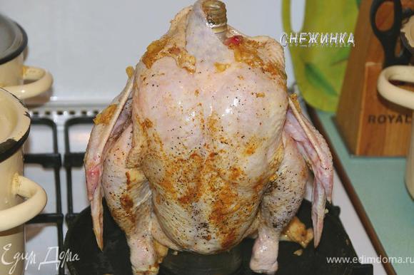 Теперь, не знаю, как это сказать))), усаживаем курицу на бутылку.