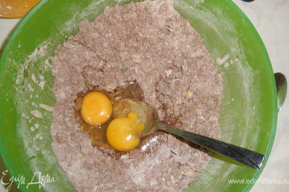 Добавить яйца, ванилин и воду. Вымесить тесто. ПАри необходимости добавляем муку. Долно получится мягкое нормальное песочное тесто, которое можно раскатать.
