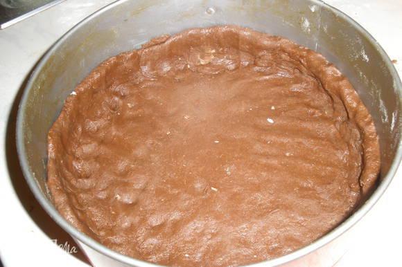 Формируем корж из теста. Делаем бортики. Убираем его в морозилку а пока делаем начинку.