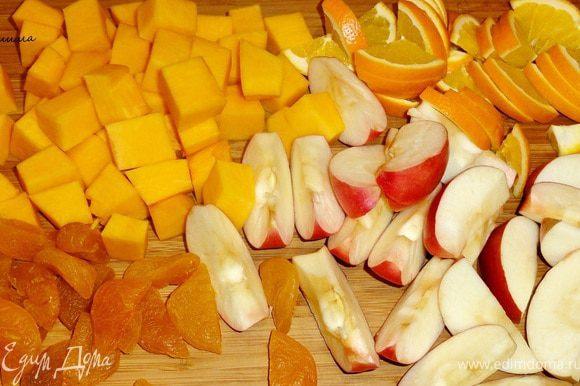 Яблоки почистим и нарежем на дольки, тыкву на кубики, апельсин на тонкие дольки. Если курага жесткая, то желательно ее замочить в теплой воде, а затем разрезаем на половинки.