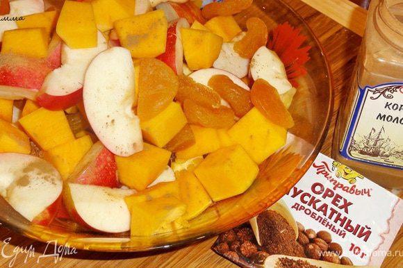 Смешать все фрукты, добавить к ним корицу и мускатный орех и еще раз перемешать