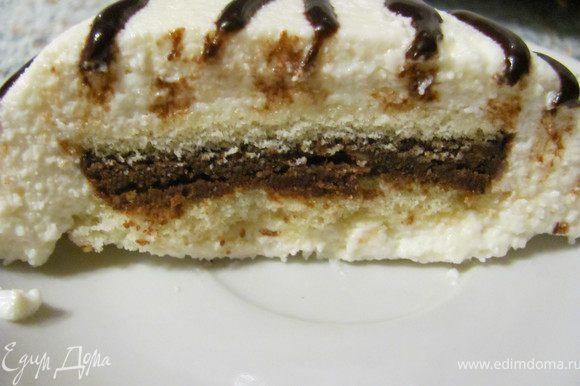 В форму для пирожного (у меня были не большие вазочки на 250 мл) вливаем чуть больше половины творожную массу, в центр ложем два бисквитных кружочка смазанные шоколадной массой, придавливаем его и сверху заливаем творожной массой. Ставим в холодильник для застывания. Когда хорошо застынет наше пирожное выкладываем его на блюдце и поливаем растопленным шоколадом.