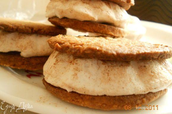 Когда печеньки остыли, берем одну, сверху кладем зефирку и другой печенькой закрываем, и - вуаля - печенье готово. Приятного чаепития !!!!! И счастливого Нового года!