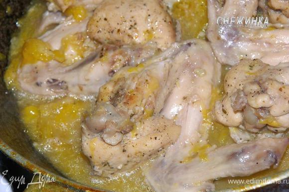Даем потомиться около 30 минут, или смотрите по готовности. Когда блюдо готово, станет понятно по цвету: крылышки приобретут золотистый оттенок, а соус станет золотисто-прозрачным.
