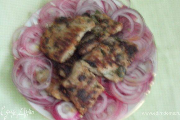 обжарить отбивные в маринаде на сухой раскалённой сковороде,по 4 минуты с каждой стороны,подавать с луком.