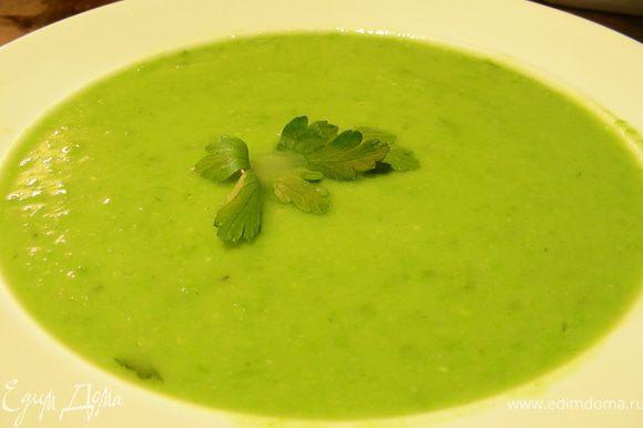 С помощью блендера превращаем суп в пюре. Солим, перчим по вкусу. Прогреваем его как следует. Разливаем по тарелкам и подаем. Приятного аппетита))