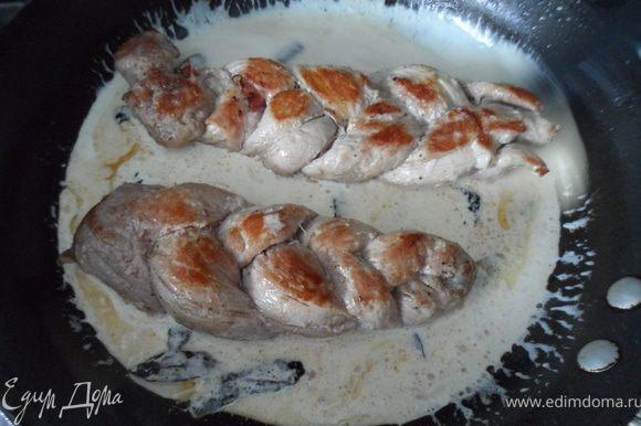 Далее добавляем Сливовицу (у меня Граппа), даем пару минут выкипеть, добавляем сливки, возвращаем свиные косички и даем покипеть под закрытой крышкой 10-15 минут, до готовности свинины. Подавать с макаронами по вашему выбору или с ньокки!