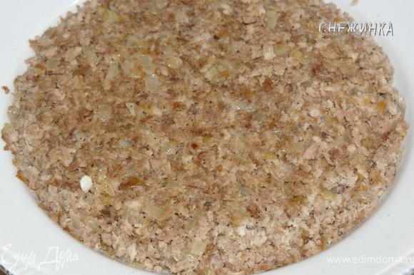 В сковороду наливаем немного растительного масла, добавляем 1 ст.л. сливочного, кладем лук для мяса и томим минут 10, добавляем к нему мясо, солим, перчим по вкусу, прогреваем пару минут и перемешиваем. Выкладываем в миску.
