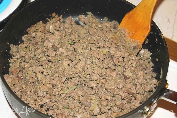 Лук почистить. Мелко порезать и отправить к печени. Перемешать, посолить.