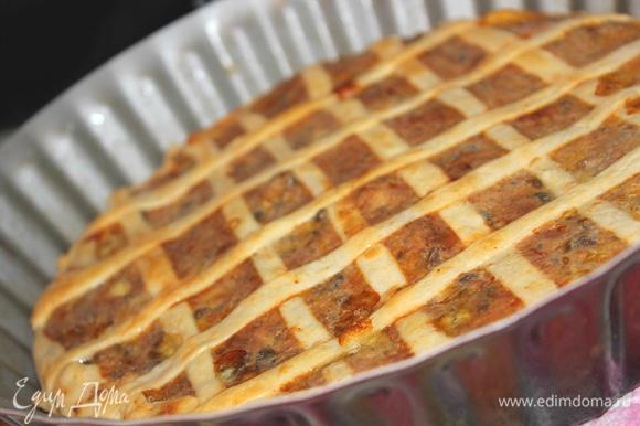 Уложить куриную печень на тесто, сверху выложить сливочную начинку. Украсить пирог полосками теста в виде решетки. Поставить в разогретую до 180°C духовку на 40–45 минут. После того как пирог подрумянится в духовке минут 15, можно достать его и смазать сверху небольшим количеством сметаны. Снова убрать в духовку до готовности. Приятного аппетита!
