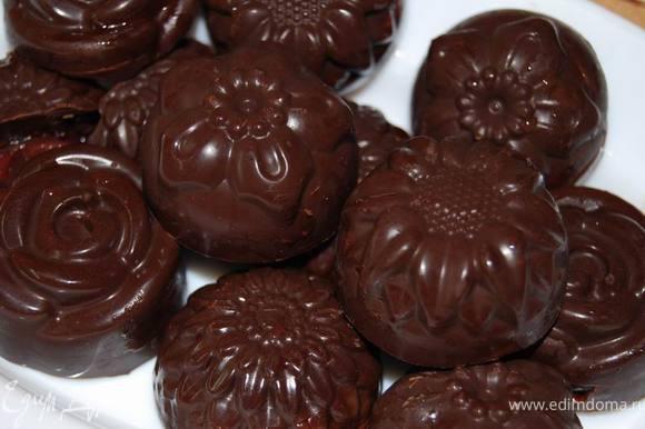 Достаем конфеты из формы и наслаждаемся. Получилось благородно-вкусно.