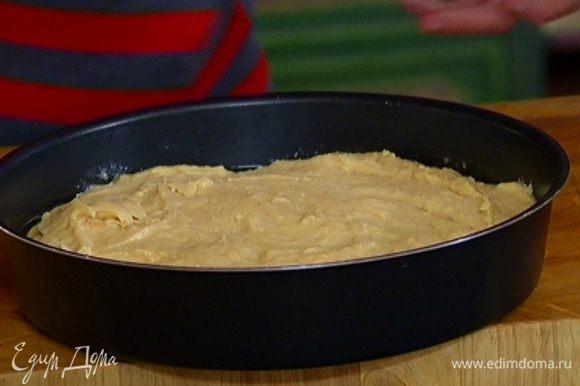 Выложить кольца ананаса в форму для выпечки, залить карамелью, сверху равномерно распределить тесто.