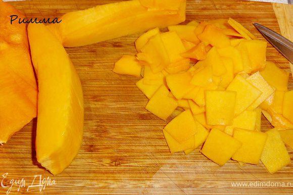 Картофель порезать тонкими кружочками, тыкву небольшими пластинками.