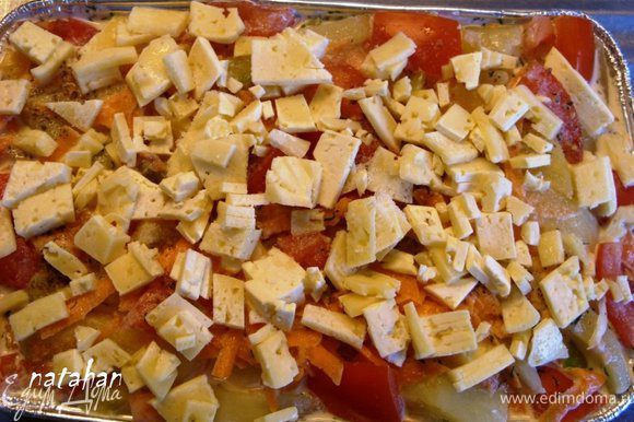 Форму смазать растительным маслом и заполнить (вперемешку) половиной овощей и картофеля. Затем выложить фарш, посолить и поперчить его, а сверху дополнить в форму вторую половину овощей и картофеля. Ладошкой придавить-уплотнить овощи, картофель и фарш и покрыть их мелконарезанным сыром.