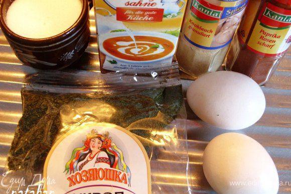 Приготовим соус: Взобьём венчиком сливки с 1 яйцом (на фото 2, но я подумала, что это будет много) , добавим по вкусу соль и специи, опять взобьем. Соус зальём в форму (ножом аккуратно раздвигаем содержимое, что бы соус проник до дна формы).