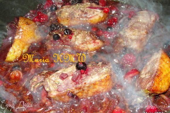 Выкладываем порезанную грудку и заливаем вином. Даем 10 минут потушиться. И добавляем ягоды, специи и тушим еще 10 минут до готовности. Можно добавить пару щепоток сахара, если получилось кисловато из-за ягод.