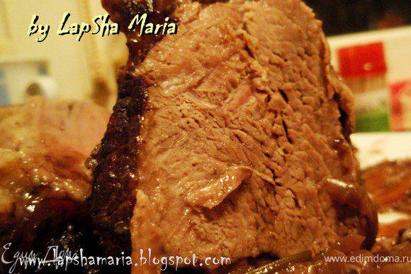 """""""Мясо выложите на тарелку, шумовкой достаньте овощи и положите вокруг. Полейте весь кусок мяса соусом. Подайте отдельно теплый соус."""" Приятного аппетита!"""