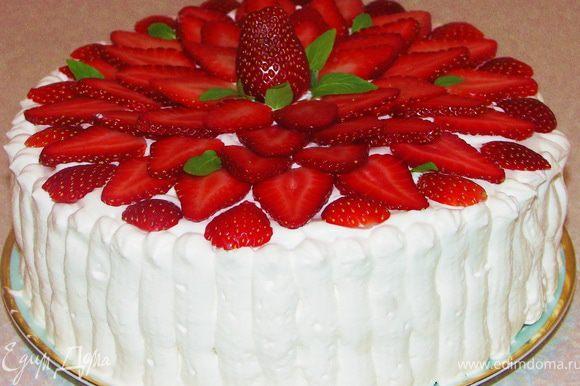 Можно бока украсить сливками(при помощи кондитерского шприца),а верх торта выложить пластинками клубники.