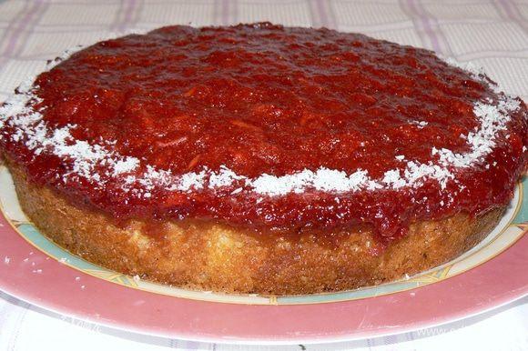 Когда пирог будет готов, выкладываем на него клубничный массу, разравниваем и убираем опять в разогретую духовку на 5-7 минут.