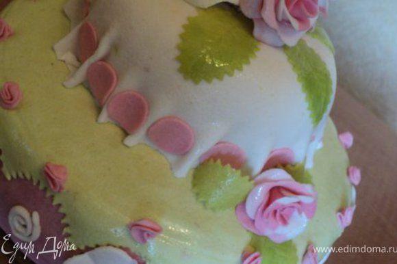 Обтянуть нижнюю и верхнюю части торта мастикой, соединить их и украсить цветами из мастики. Приятного аппетита!.