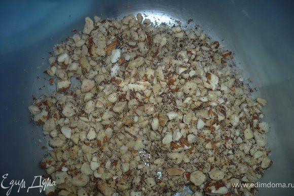 Орехи промыть, прокалить на сковороде или в духовке минут 7-9 и измельчить