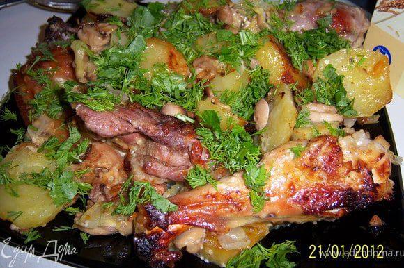 Готовое блюдо выложить на большую тарелку и сверху посыпать мелко нарубленной зеленью. Приятного аппетита!