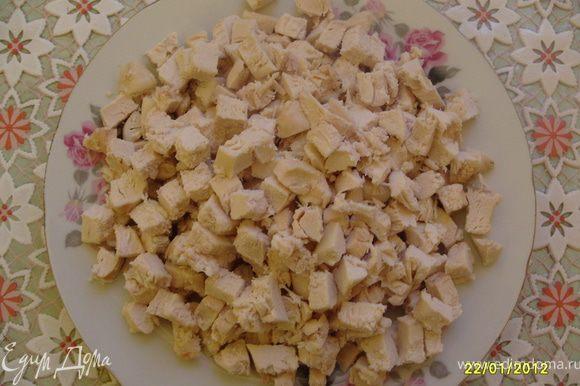 Также нарезать квадратиками отваренное филе.