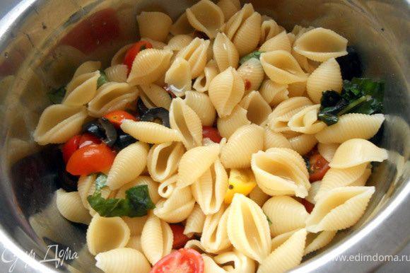 Черри, оливки и вяленые помидоры нарезать произвольно, базилик также измельчить. Пасту отварить до состояния al-dente, воду слить, пасту можно слегка промыть холодной кипяченой водой (в целом сохранить теплой, хотя можно и холодной) - даже итальянцы не особо осудили бы за такой жест:) Соединить овощи и пасту в миске.