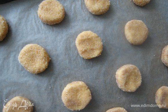 Противень предварительно застелить бумагой для выпечки и укладывать печенье на расстоянии 5-6см друг от друга