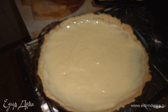 Поставить в разогретую духовку на 20-30 минут. Готовим заливку: Смешать сгущенку, желтки и сок лимона. На готовый корж вылить заливку