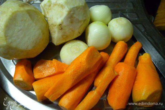 Овощи почистить и порезать кубиками (средними).