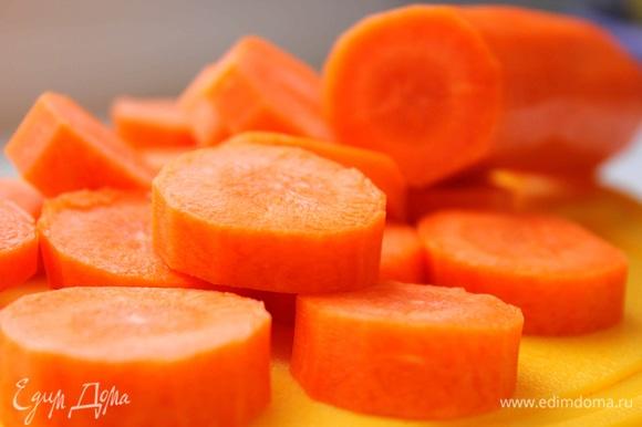 Морковь помыть, очистить, нарезать кружочками. Лук порезать кубиками.