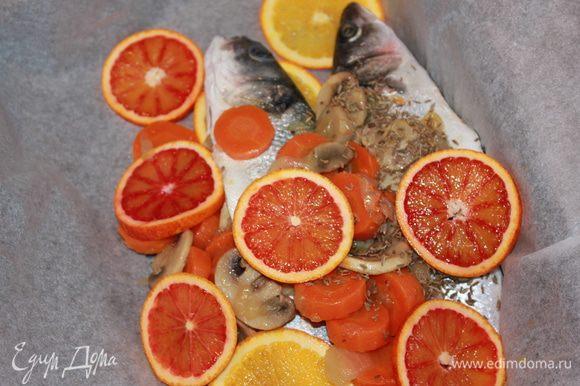 Сбрызнуть рыбу оливковым маслом. Положить в противень, застеленный бумагой для выпечки. Необходимо завернуть в бумагу нашу рыбку. Готовить в духовке, разогретой до 170 градусов в течение 20-25 минут.