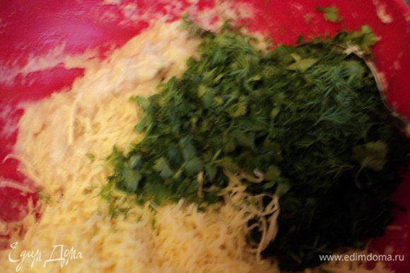 Шпинат разморозить, добавить немного вода и прокипятить 5 мин. Затем воду слить, а шпинат измельчить в блендере. Зелень мелко порезать. К одной части куриного фарша добавить измельченные шпинат и зелень, 1/3 тертого сыра, хорошо перемешать.