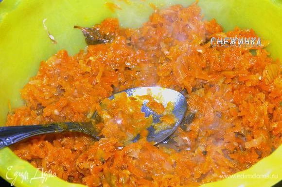 Овощи в сковороде прогреваем, если подготовили их вчера. Выкладываем половину овощей на рыбу.