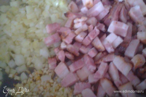 В посуду с толстым дном наливаем масло и слегка обжариваем мясо с луком,чесноком.