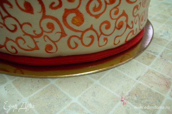 16. Внизу добавляем жгутик. Чтобы он глубже сел, предварительно проходимся палочкой подгибая края мастики под бисквит.