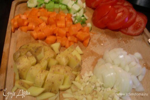 Нут с вечера замачиваем в холодной воде. Морковь, картофель, кабачок, лук режем кубиками. Чеснок и имбирь измельчаем. Помидоры режем кружочками.