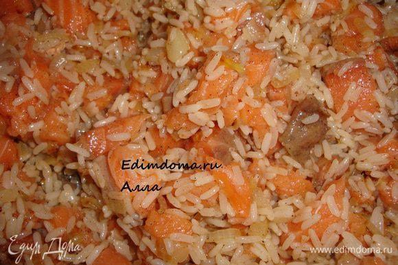 А теперь рыбку отправляем к рису с луком, подсаливаем, перчим и хорошенько перемешиваем. Начинка готова.