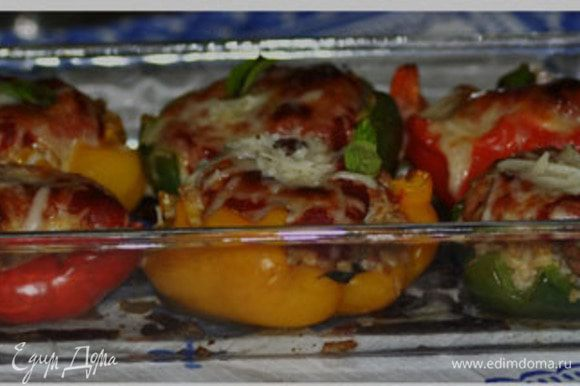 Разогреть духовку до 180гр. Cмешать в большом блюде колбаску с луком и рисом,добавить пармезан 1/4 стак., петрушку, черный перец 1/4ч.л и яйцо.Перемешанную смесь выложить в перцы,разровнять.Перцы поставить в жаропрочную посуду и печь примерно 50мин,прикрыв фольгой.Затем в горячие перцы на поверхность вылить томат.соус и посыпать оставшимся пармезаном, поставить обратно в духовку на 15-20мин.или до готовности.