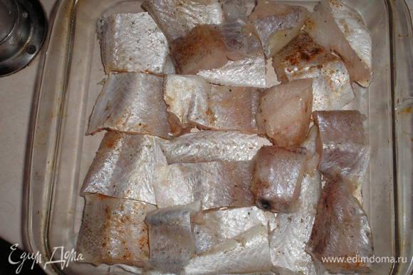 Филе рыбы солим, перчим, нарезаем средними кусками и укладываем в жаропрочное блюдо.