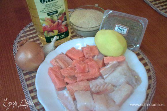 Рыбу,лук и чеснок пропустить через мясорубку с мелкой решеткой.Картошку измельчить на самой мелкой терке.Добавить рыбную приправу,соль,перец,соевый соус и 5ст.л сухарей.